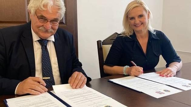 Z podpisu memoranda o spolupráci Středočeského kraje s regionem Župa Pešť.