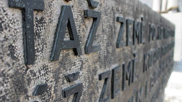Restaurování pomníku padlým v obou světových válkách.
