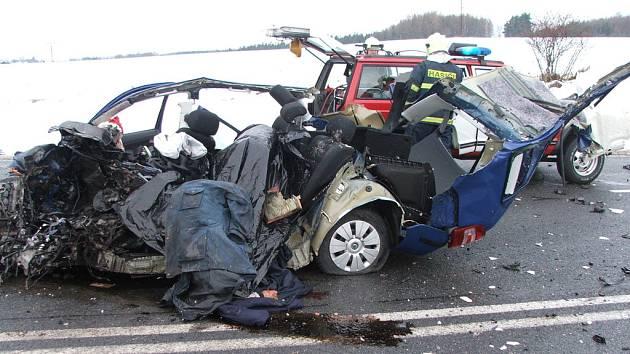 Na archivním snímku z  20. prosince 2005 je jedna z nejtragičtějších událostí u Tužinky. Střet Škody Fabia s kamionem nepřežili na místě dva lidé, další člověk pak po třech měsících v nemocnici