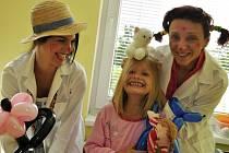 Hračky mají pomáhat malým pacientům překonat strach a lépe zvládat pobyt na nemocničním lůžku.
