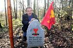 Jaroslav Fürbach z Bezoušky u pomníku první husitské bitvy na Holém vrchu u Nahorub.