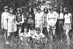 Dámskou jízdu slečen ročníku 1959 s paní učitelkou narušilo při fotografování v Týnci nad Sázavou jen pár 'záškodníků'.