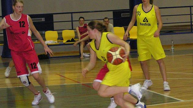 Terezu Hřebíkovou s míčem sleduje Náhunková