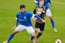 Vlašimský Jakub Štochl (v modrém) bojuje o míč se znojemským Bronislavem Stáňou.
