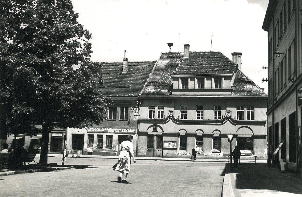 Pohled na radnici a část stromů na Vítězném náměstí v roce 1956.