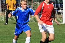 Starší žáci Čerčan si v nespeckém exilu poradili v okresním derby s Týncem. Před domácím Drazdíkem si kryje míč Koubek.
