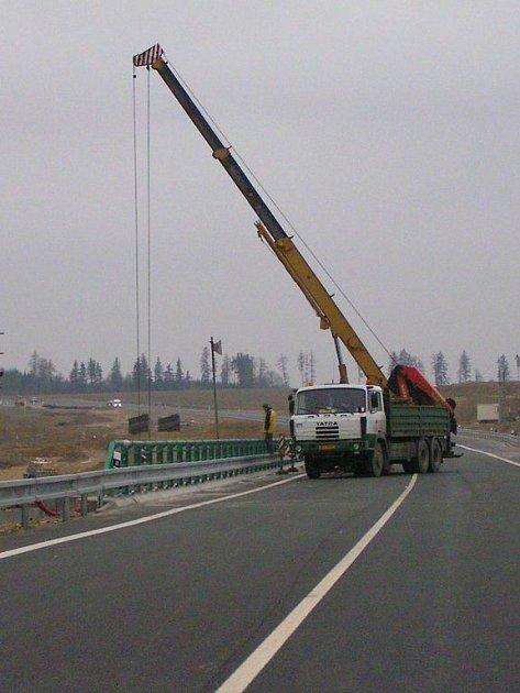 Od jihu se dálnice D3 na několik let zastaví u Mezna na hranicích krajů, kde stavbaři nyní dokončují druhou polovinu mostu