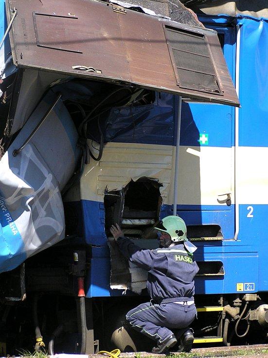 Snaha hasičů dostat se k zaklíněnému strojvedoucímu v elektrické lokomotivě