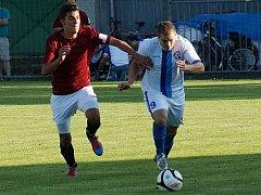 Marek Štork (vpravo) dělal uhlířskojanovické obraně velké problémy a dvěma góly přispěl k postupu Votic.