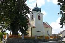 Kostel sv. Martina, jehož nejstarší část pochází asi z roku 1250, ze které se zachoval pouze presbytář a východní okno, si zachovalo gotickou kružbu. Roku 1718 provedl tehdejší patron kostela František Adam z Trautmannsdorfu přestavbu s barokními prvky.