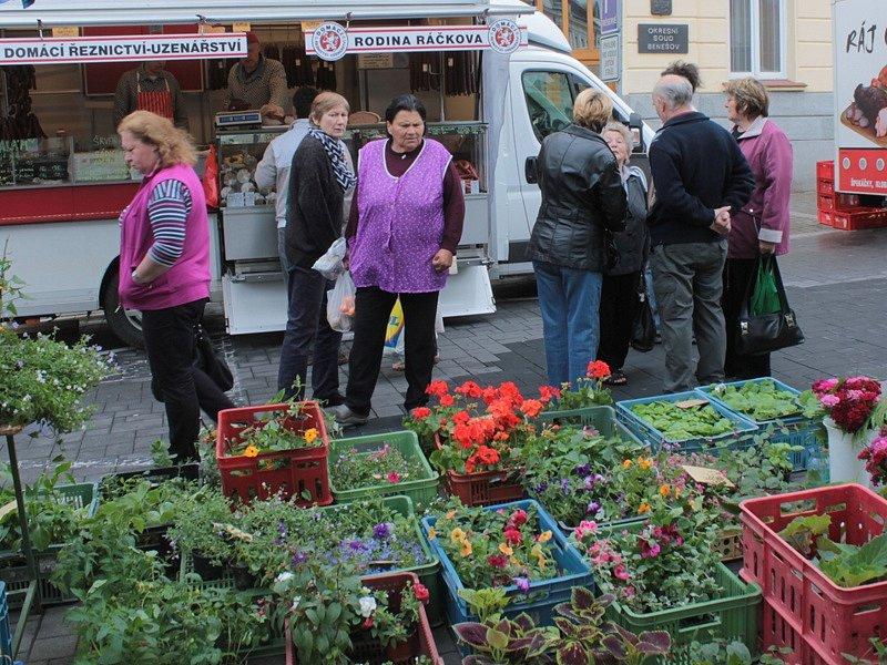 Farmářský trh v Benešově nevlídné sobotní počasí nezhatilo.