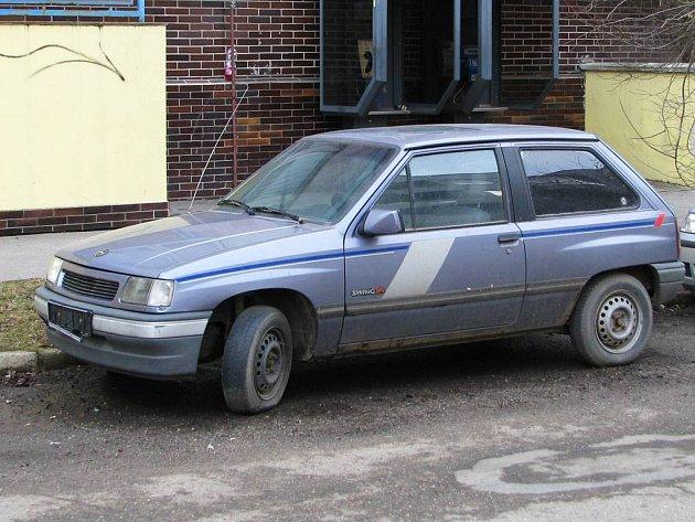 V benešovské Jiráskově ulici stojí tento automobil. Nemá registrační značky, ale podložka pod značku prozrazuje. odkud byl do Česka přivezen