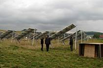 Fotovoltaická elektrárna zabírá u obce zatím jeden a půl hektaru