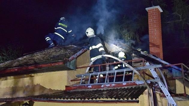Požár chaty v Městečku u Nespek zaměstnal hasiče v noci na pátek 24. srpna.