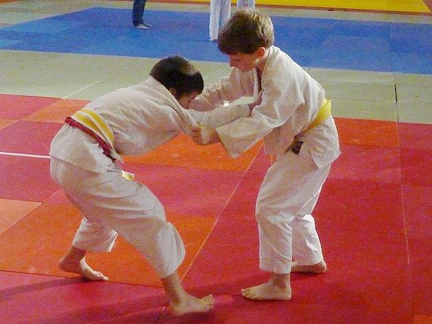 Kryštof Křížek (vpravo) útočí v posledním vítězném zápase.