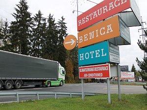 Hotel Benica leží mezi rušnou silnicí E55 a fotbalovým stadionem