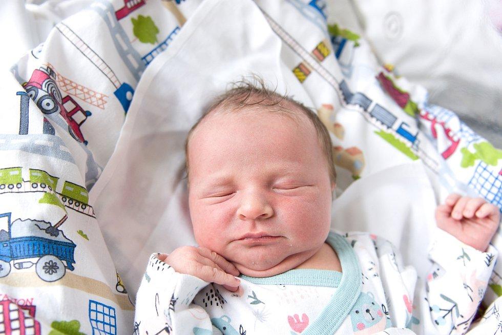 Matěj Fišar se narodil v nymburské porodnici 27. února 2021 v 17.28 hodin s váhou 3780 g a mírou 50 cm. Chlapeček bude vyrůstat ve Všechlapech s maminkou Veronikou, tatínkem Jiřím a sestřičkou Natálií (7 let).