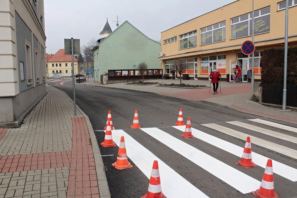 Obnova vodorovného značení silnic v centru Netvořic.