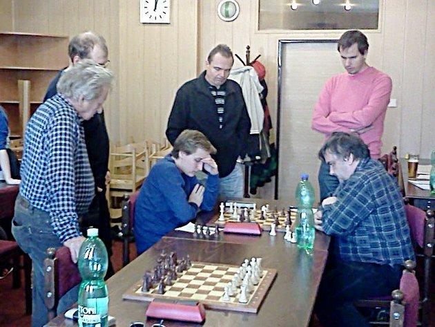 Velkému zájmu přihlížejících se v Kralupech těšila napínavá partie hostujícího Patrika Pýchy s domácím Jiřím Kopeckým. Hráči se nakonec rozešli smírně, celkově ale kralovaly Dolní Kralovice.