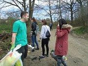 Studenti Střední zdravotnické školy z Benešova uklízejí v dubnu blízké okolí školy.