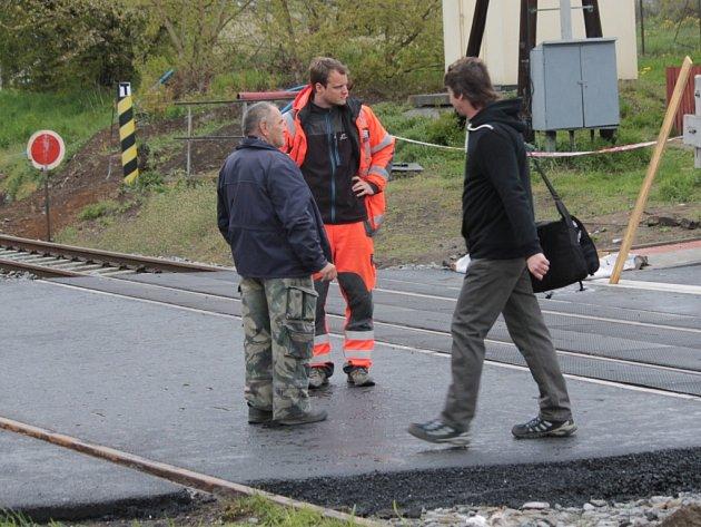 Od úterý odpoledne mohou řidiči opět jezdit přes železniční přejezd v Týnci nad Sázavou bez obav o svá auta.