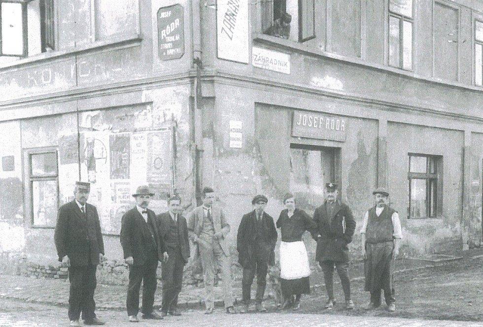 Hospoda Na Koníčku na snímku roku 1921 stávala v Táborské ulici v Benešově, v místě dnešního Bemoinvestu, proti České poště a vedle současného kina.
