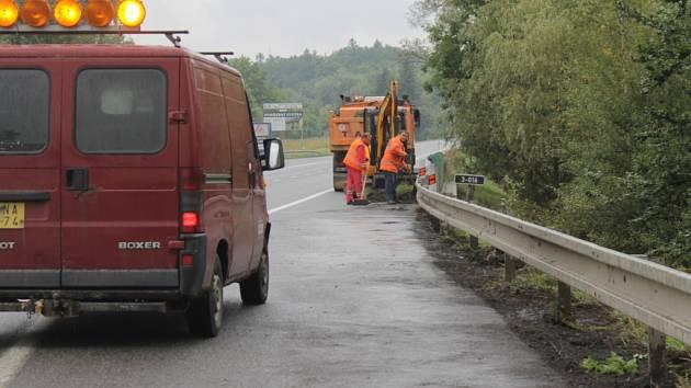 Odstraňování zarostlé krajnice, která způsobovala zaplavování silnice E55.