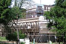 Budova bývalého sklárenského učiliště na Ostrově dostávala přes léto novou tvář