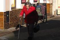 Seniorům,  zejména ty osamělé,  může osobní alarm  uchránit od pocitu bezmocnosti a zachránit jim život