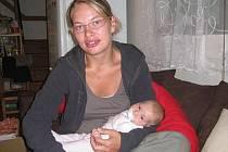 Eliška Veselá bydlí od září tohoto roku s manželem a tříměsíční dcerkou ve Hvězdonicích ve vlastní chatě nedaleko řeky Sázavy.
