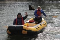 V těchto dnech je v Sázavě vody natolik málo, že na ní rafty nevyjíždí.