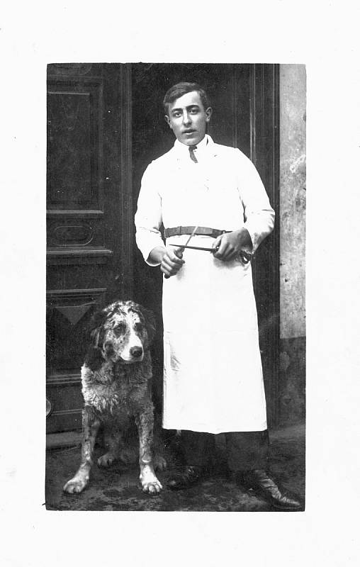 Nedílnou součástí nahorubského řeznictví Karla Tikovského, byl také jeho statný pes.