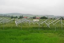 Konstrukce, které stojí v Břežanech nyní, ponesou solární panely s výkonem zhruba 400 kilowatt
