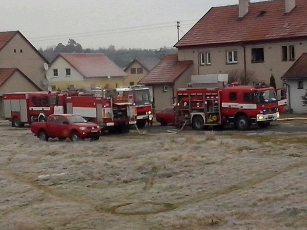 Muže, kterého vytáhli z hořícího bytu ve Staré Huti, 10 minut oživovali.