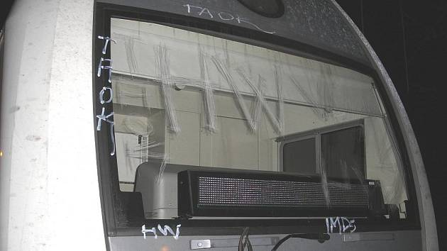 Vandal poničil čelo zadního stanoviště soupravy City Elefant během jízdy z Prahy.