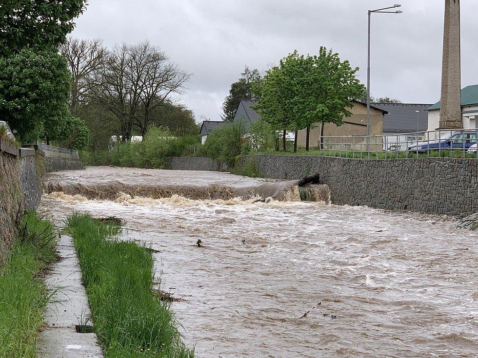 Červený potok v Hořovicích po deštích dosáhl 2. povodňového stupně.