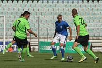 Vlašim body z Mostu nedovezla, více se po zápase smál bývalý hráč Vlašimi Vojta (vlevo), tentokrát v dresu Mostu.