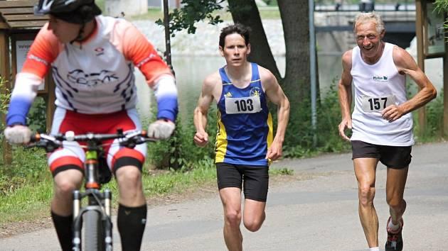 Matyáš Pokorný předbíhá o kolo dalšího běžce.