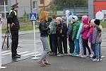 Školáci z Dukelské fandí zdraví.