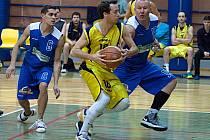 Benešovský Petr Tomášek (ve žlutém, bráněn novopackým J. Bajerem) předvedl v závěrečných dvou minutách zápasu představení, když trefil čtyři trojky a poslední pokořil stovku bodů.