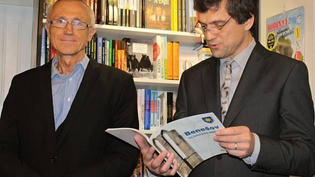 Autogramiáda knihy Benešov na přelomu milénia. Autoři brožované publikace Tomáš Fassati a Pavel Hoza.