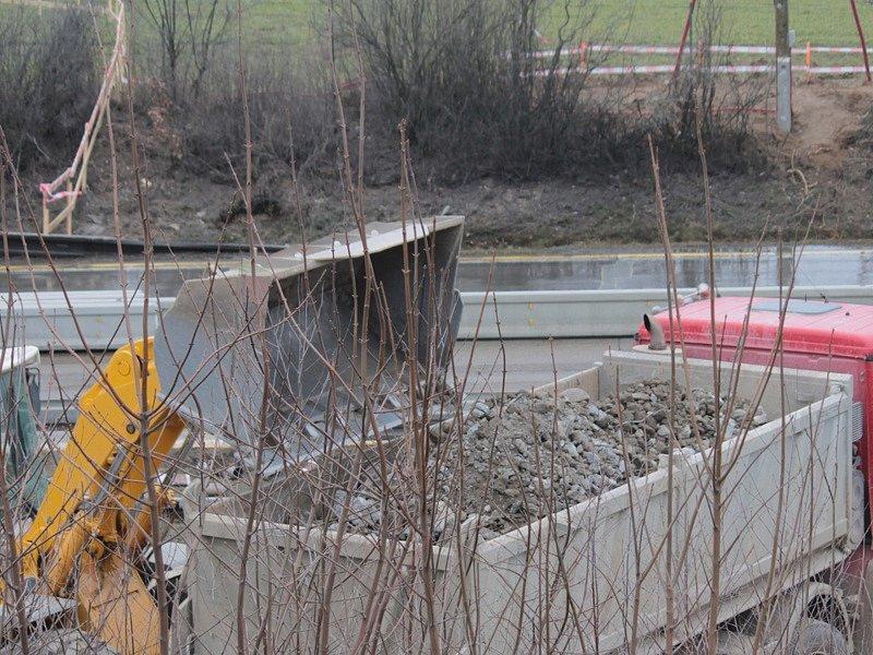 Silnici z Vlašimi do Kácova chybí most přes dálnici D1. Nový postaví do prosince.