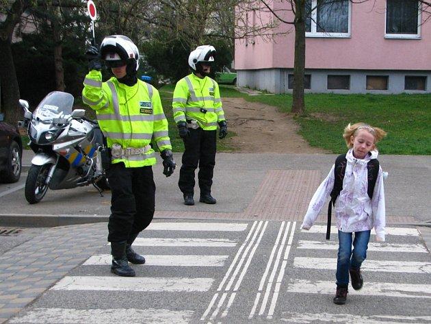 Dopravní i pořádkoví policisté v pondělí 31. března dohlíželi na bezpečnost přecházejících školáků.