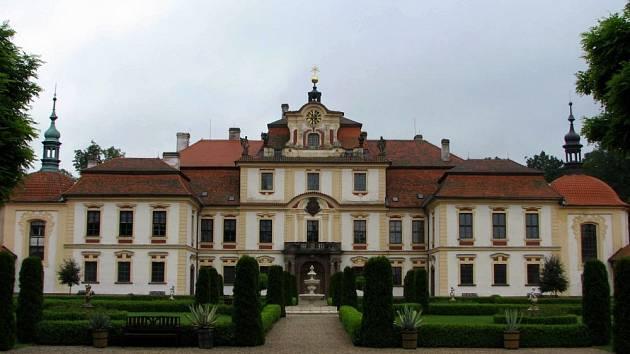 Mezi pozoruhodná místa na Benešovsku patří i zámek Jemniště u Postupic. V jeho zahrádách můžete mít i piknik
