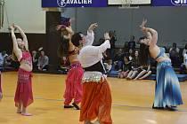 Příznivci orientálního tance se sešli v sobotu 18. května v Sázavě, aby zde v místní sokolovně navštívili vystoupení dvaceti členek kroužku orientálního tance.