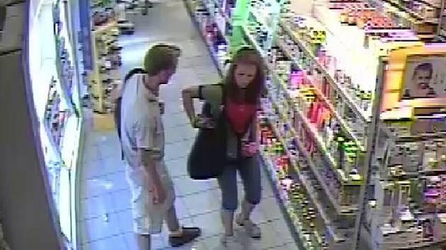 Dvojice přibližně dvacetiletých zlodějů při krádeži v benešovské drogerii.