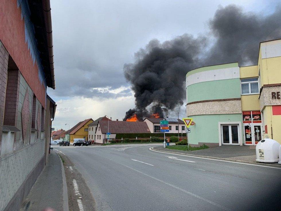 Požár rodinného domu v Čechticích 5. května 2021.
