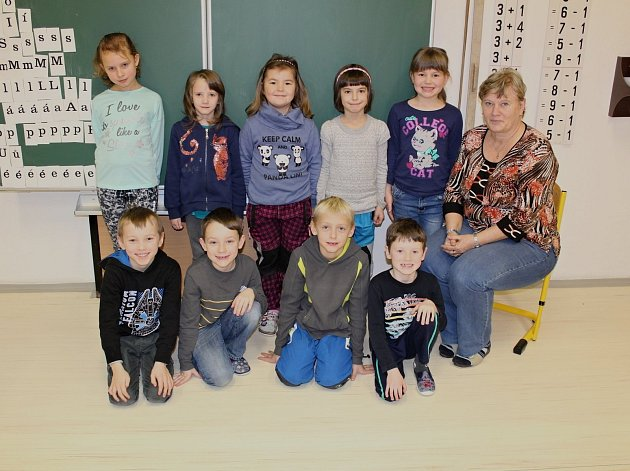 Žáci první třídy ze ZŠ Miličín střídní učitelkou Hanou Beránkovou.