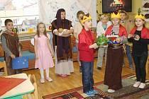 Malí muzikanti divákům zahráli a herci předvedli pásmo o biblickém příběhu narození Ježíška.