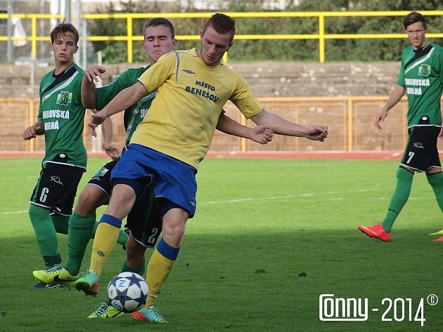 Krajní záložník Benešova Vojta Přitasil (u míče) v Sokolově dřel, ale body to nestačilo.